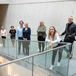 Team van Bureau Baken op een trap