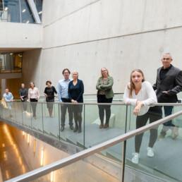 mannen en vrouwen van organisatie adviesbureau staan op een trap