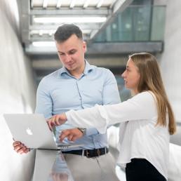 mannelijke en vrouwelijke young professional van Bureau Baken overleggen met laptop