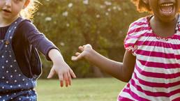 twee kinderen lachen en rennen