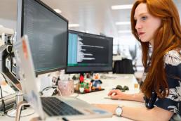 projectsecretaris die op de computer werkt