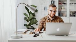 Interim ict manager aan het werk achter een laptop