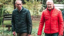 twee oudere mannen die lopen