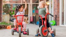 twee kinderen spelen op een fiets
