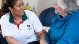 zorgmedewerker helpt oude vrouw